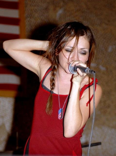 http://you-must-be-dreamin.cowblog.fr/images/flyleaf30-copie-1.jpg